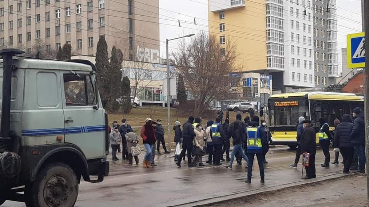 Во Львове медики поликлиники протестуют против временного госпиталя для больных COVID-19