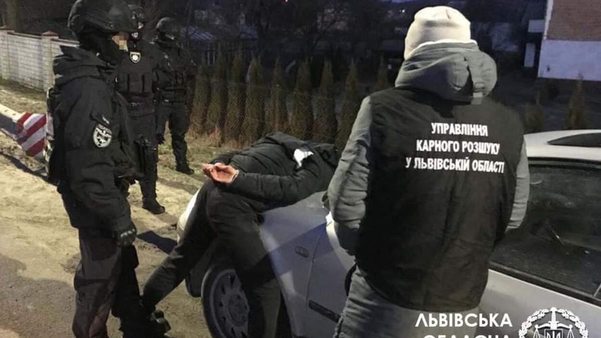 Травили и оставляли на обочине: во Львове задержали банду, которая грабила гастарбайтеров - фото