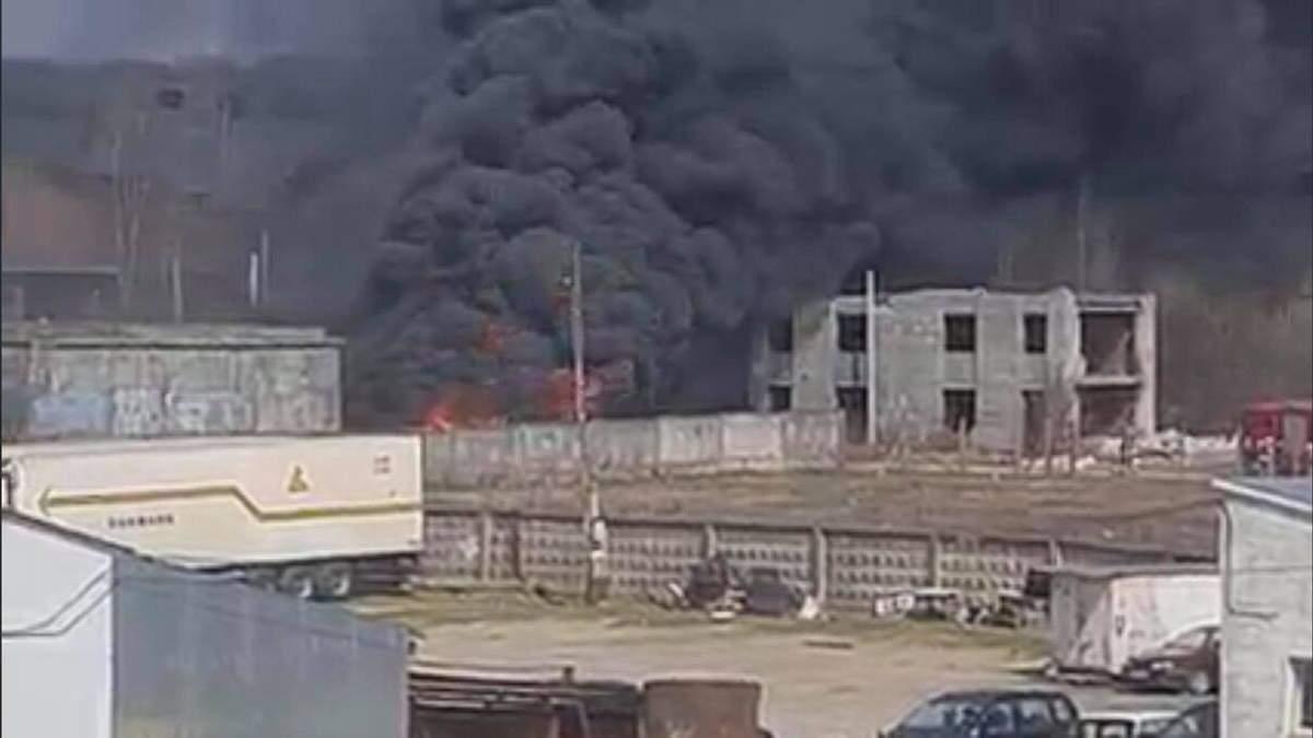 Огромные облака черного дыма: во Львове произошел масштабный пожар - фото и видео