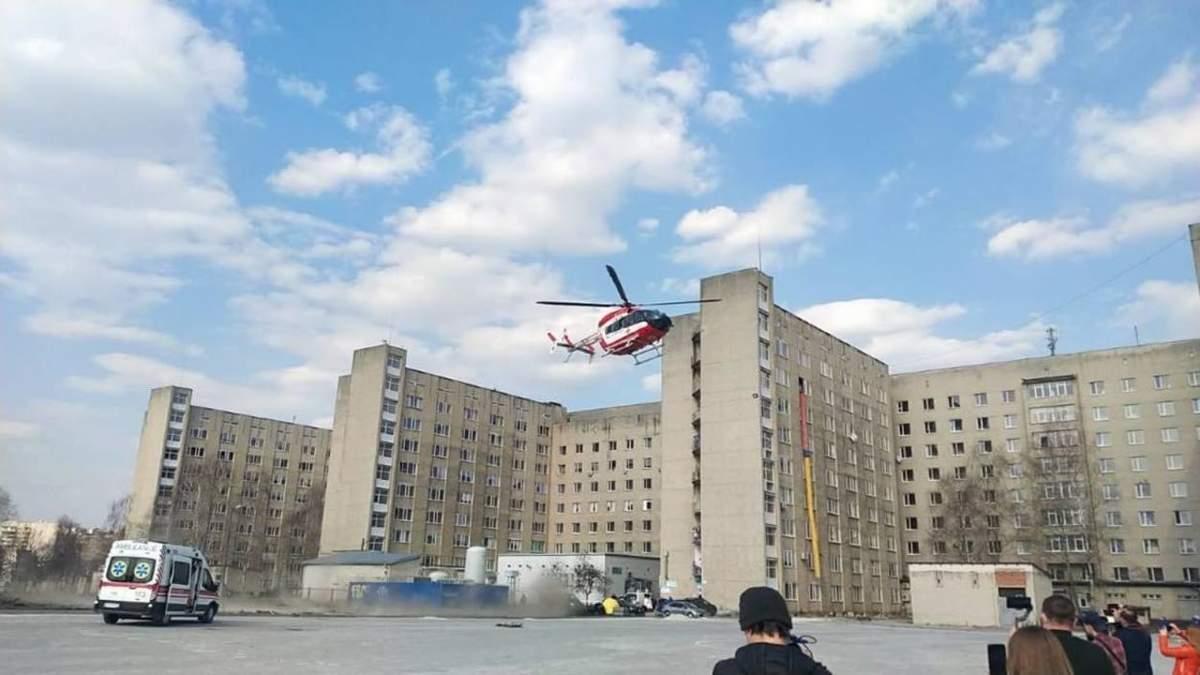 Вертолет доставил во Львов еще одну тяжелобольную пациентку из отдаленного горного района