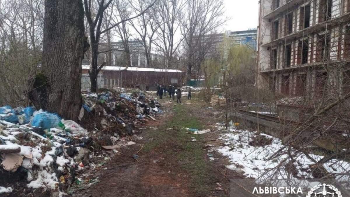 Шприцы, капельницы и пробирки: в Трускавце обнаружили свалку с медицинскими отходами - фото