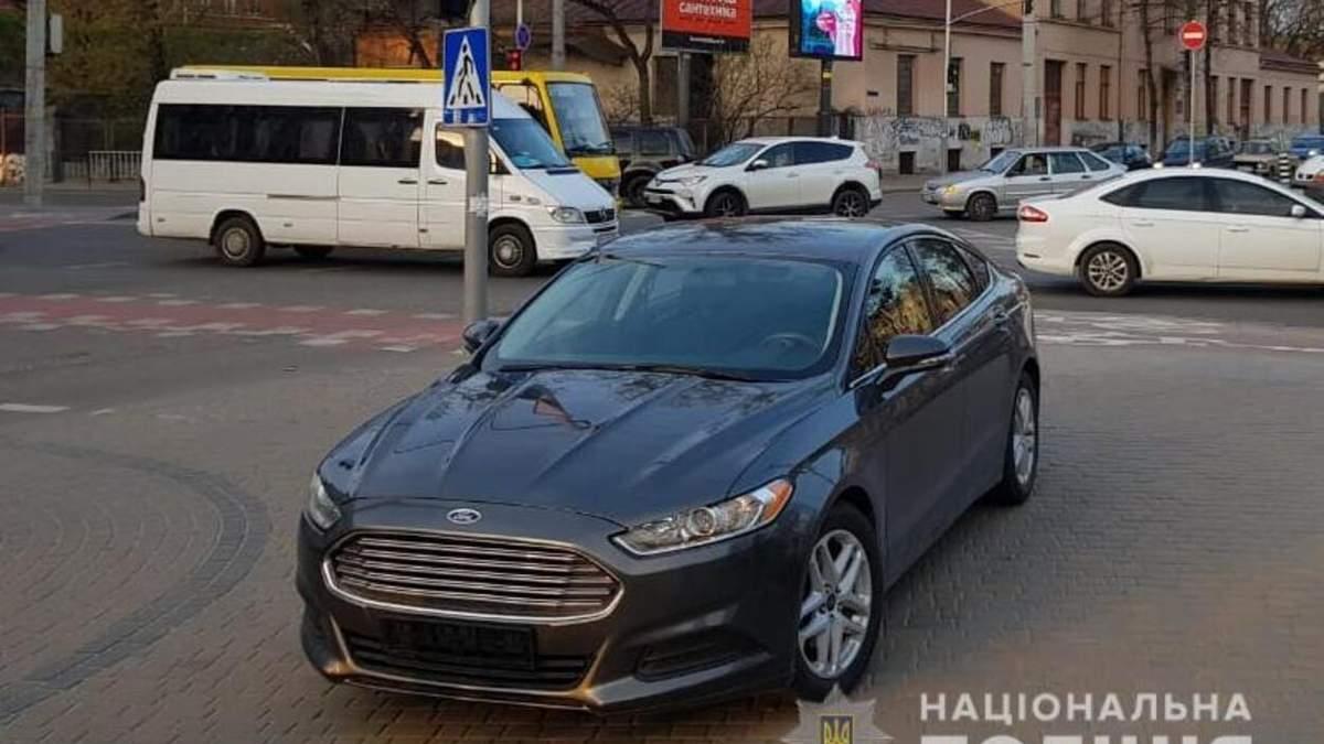 На бешеной скорости вылетел на тротуар: возле ТЦ Forum Lviv водитель Ford сбил женщину - фото и видео
