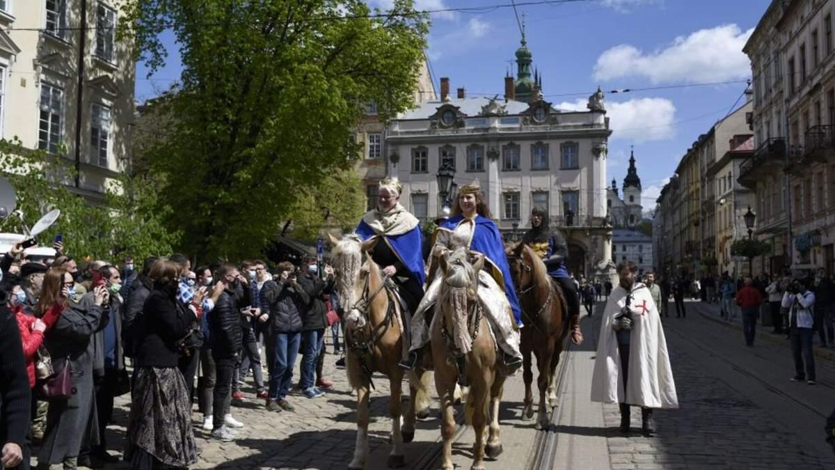 У Львові святкують День міста: чарівні фото та відео церемонії почесної варти