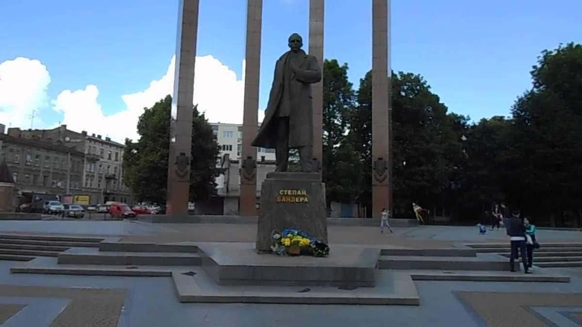 Осквернил памятник Бандере: во Львове суд наказал студента-вандала