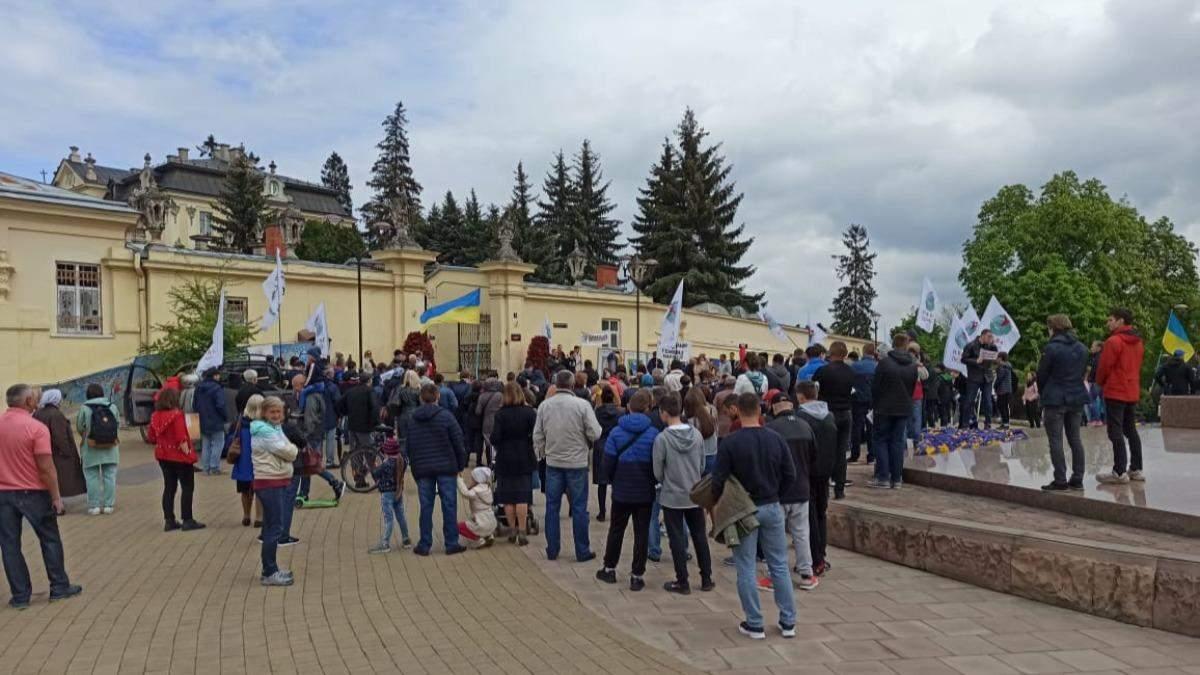 Без масок та дистанції: львів'яни влаштували протест проти вакцинації
