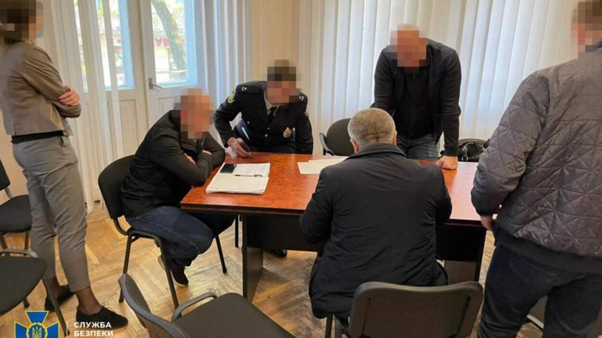 Підозрюваним у торгівлі наркотиками поліцейським призначили застави