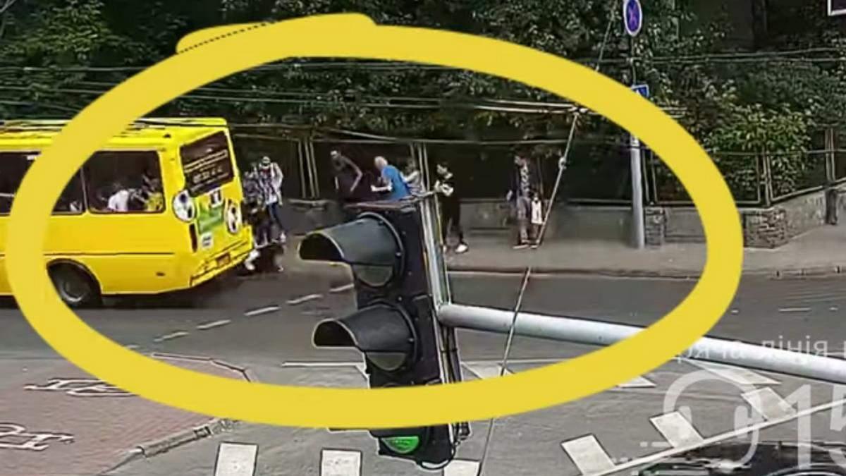 У Львові маршрутка збила 16-річну на переході: відео