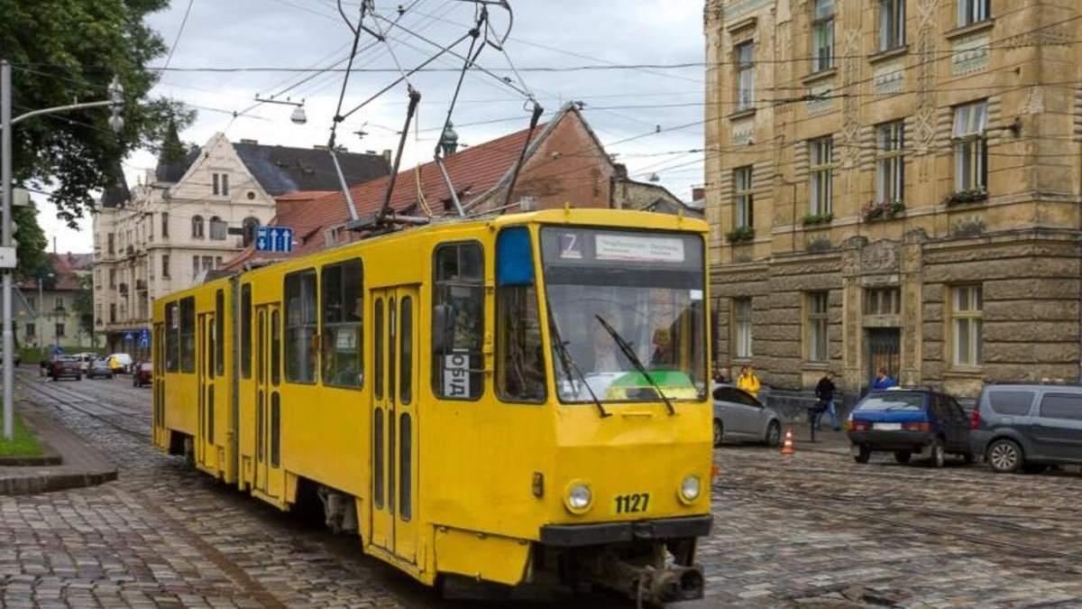 В центре Львова во время движения 11.06.2021 загорелся трамвай: видео