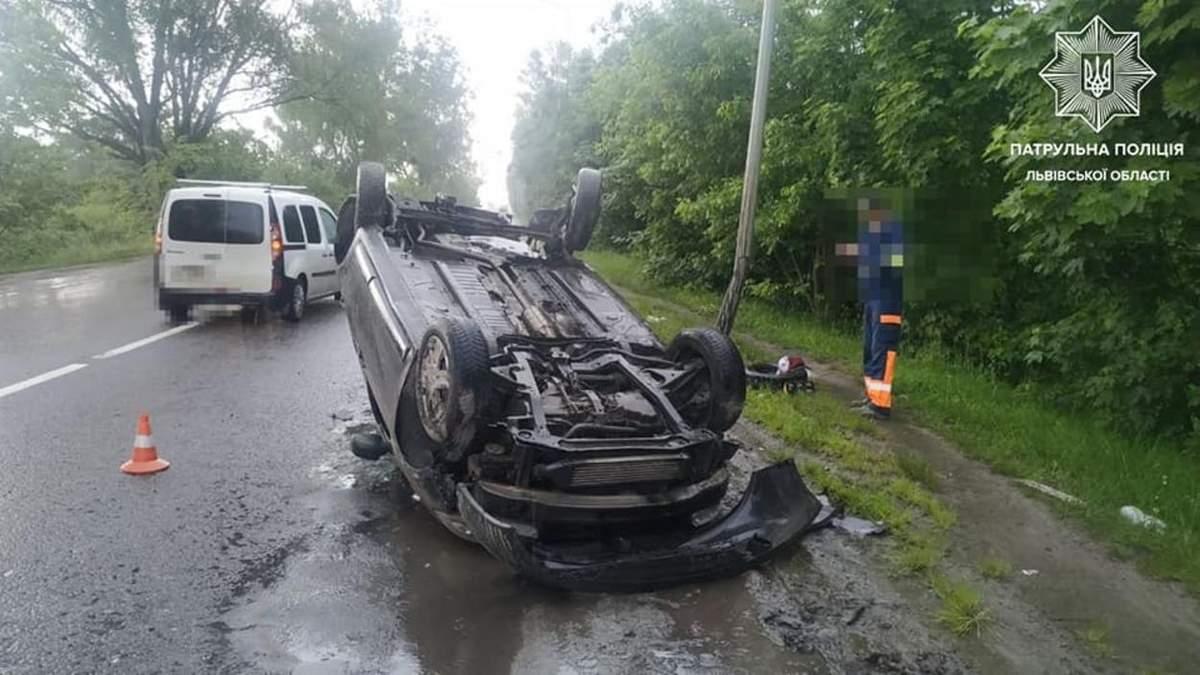 Во Львове 23-летний водитель под амфетамином перевернулся на крышу: пострадал пассажир - фото