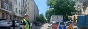 У Львові посеред вулиці утворилось провалля: дорогу перекрили – фото