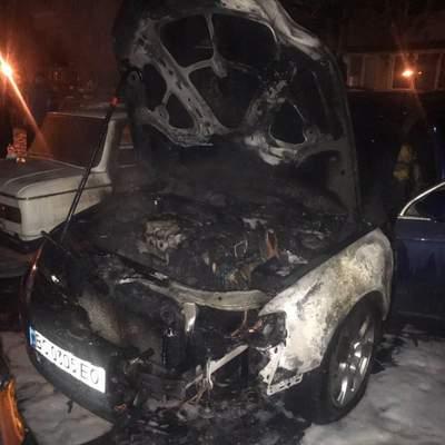 На львівській парковці вщент згоріла автівка: фото
