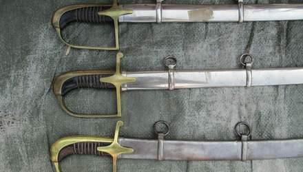 Львівські митники знайшли давні шаблі та мечі у посилках: відео