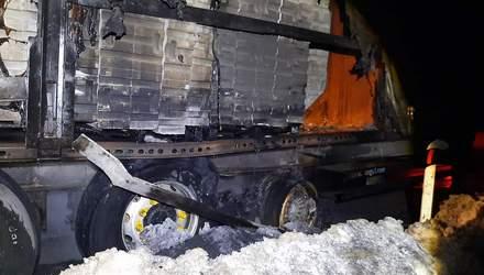 На Львівщині посеред дороги загорілась вантажівка: фото з місця пожежі