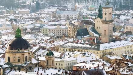 У Львові на жінку впала брила снігу: її госпіталізували з численними травмами