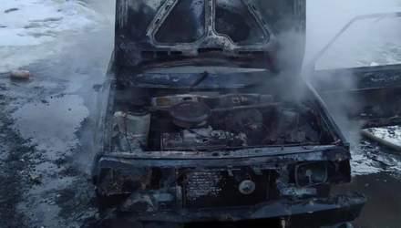 На Львовщине посреди дороги полностью сгорел автомобиль: фото