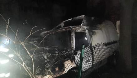 У Львові посеред подвір'я спалахнули 2 автівки: одна з них згоріла вщент – фото