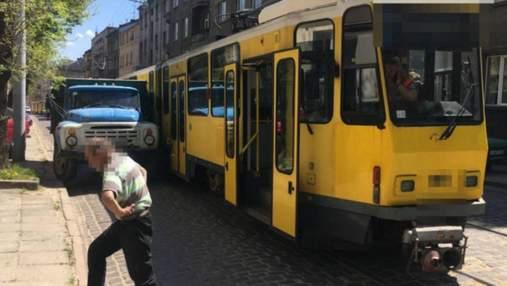 Во Львове на трамвай оборвались провода под напряжением: движение по улице затруднено – фото