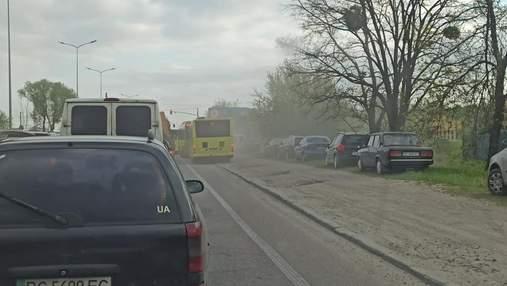 Мчались по тротуару и обочине: во Львове водители автобусов устроили эпичные гонки – фото, видео